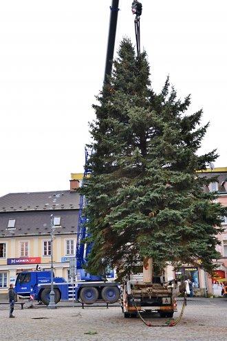 Instalace vánočního stromu na náměstí